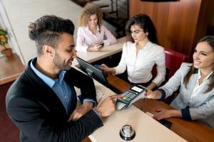 desk3500-hotel-checkin-ss533075026